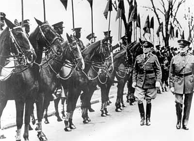 "General John J ""Blackjack"" Pershing inspects the 10th Cavalry"